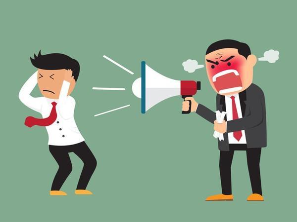 Jefe grita a empleado por un CRM mal usado
